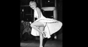 """La actriz Marilyn Monroe posa para los fotógrafos encima de una de las salidas de ventilación del metro de Nueva York durante el rodaje de la película """"La tentación vive arriba"""". EFE/Archivo"""