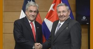 Fotografía cedida por la presidencia de Chile muestra al gobernante del país, Sebastián Piñera (i), saludando a su homólogo cubano, Raúl Castro, durante una reunión en Santiago de Chile. EFE