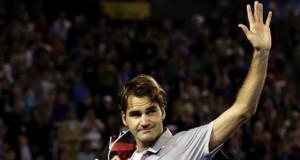 El tenista suizo Roger Federer se despide al abandonar la pista tras caer derrotado ante el británico Andy Murray en la semifinal del Abierto de Australia disputada en Melbourne, Australia, el pasado viernes. EFE