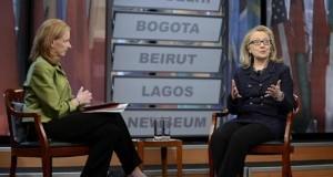 La secretaria de Estado de EE.UU. Hillary Clinton (d) conversa con la moderadora Leigh Sales (i) durante una conferencia en la localidad de Newseum, Washington, Estados Unidos. EFE