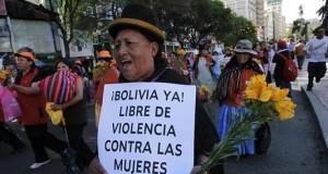 """Una mujer aimara participa en una marcha que realizaron más de mil mujeres el 25 de noviembre de 2011, por el centro de La Paz para exigir al Gobierno que los asesinatos por violencia machista sean considerados en la ley como """"feminicidio"""". EFE/Archivo"""