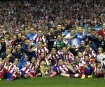 Los jugadores del Atlético de Madrid celebran con la Copa tras vencer al Real Madrid por 1-0 en el partido de vuelta de la Supercopa de España que se disputó en el estadio Vicente Calderón. EFE