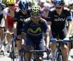 El ciclista del equipo Movistar, Nairo Quintana (cent.), junto al pelotón, de La Vuelta Ciclista a España 2014 en su 69 edición