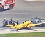 En la imagen Los vehículos de emergencia en la pista del Aeropuerto Internacional Pearson