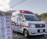 Una ambulancia traslada a una de las victimas rescatadas tras la erupción del volcán japonés Ontake. EFE