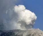 Humo blanco sale del volcán cerca de la cumbre del monte Ontake. EFE