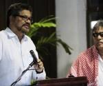 """El segundo jefe de las Fuerzas Armadas Revolucionarias de Colombia (FARC) Luciano Marín (i), alias """"Iván Márquez"""", lee un comunicado, junto su compañero Seuxis Paucias Hernández Solarte (d), alias """"Jesús Santrich"""",  en el Palacio de Convenciones de La Habana (Cuba). EFE"""