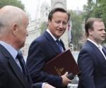 El primer ministro británico, David Cameron (c), sale del 10 de Downing Street, Londres, Inglaterra. EFE