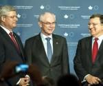 El primer ministro de Canadá, Stephen Harper (i), junto a los presidentes del Consejo Europeo, Herman Van Rompuy (c), y de la Comisión Europea, José Manuel Durao Barroso (d), durante la celebración de la firma del tratado de libre comercio entre Canadá y la Unión Europea el 26 de septiembre de 2014 en Toronto, Canadá. EFE