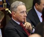 En la imagen, el expresidente y actual senador Álvaro Uribe (c). EFE/Archivo