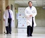 El director de la unidad de enfermedades infecciosas del Hospital Carlos III, Jose Ramon Arribas (d), se dispone a dar una conferencia de prensa en dicho hospital de Madrid, para informar sobre Teresa Romero, infectada de ébola y que ha superado la enfermedad aunque todavía tiene que permancer en el centro sanitario. EFE