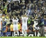 Los seguidores y jugadores del Real Madrid celebran la victoria 0-3 ante el Liverpool durante el partido de la fase del grupo B de la Liga de Campeones entre el Liverpool y el Real Madrid disputado en Anfield, Liverpool Reino Unido. EFE