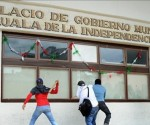 Un grupo de manifestantes causa destrozos hoy, miércoles 22 de octubre de 2014, en el ayuntamiento del municipio mexicano de Iguala, donde lanzaron cócteles molotov contra el edificio en protesta por la desaparición de 43 estudiantes y la muerte de seis personas en ataques realizados por policías el pasado 26 de septiembre. EFE