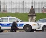 Miembros del servicio de emergencia aseguran una zona  cerca a la sede del Parlamento en el centro de Ottawa, Ontario (Canadá). EFE