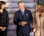 La canciller colombiana, María Ángela Holguín (i), recibe al príncipe de Gales (c) y la duquesa de Cornualles (d), este 28 de octubre, a su llegada en visita oficial a Bogotá (Colombia). EFE
