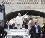 El papa Francisco saluda a su llegada a la audiencia general de los miércoles en la plaza de San Pedro del Vaticano. EFE