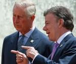 El presidente de Colombia, Juan Manuel Santos (d), habla con el príncipe de Gales (i) durante los honores militares en la Casa de Nariño, sede del Gobierno, en Bogotá (Colombia). EFE