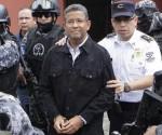 Agentes de la Policía Nacional Civil custodian al expresidente de El Salvador Francisco Flores (c) durante su traslado a una celda policial el 19 de septiembre de 2014, en San Salvador. EFE/Archivo