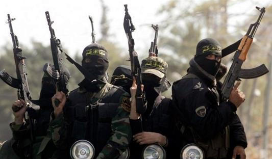 En la imagen un grupo de terroristas armados del denominado estado islámico o ISIS