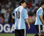 En la imagen, Lionel Messi (i) y Sergio Aguero (i) de Argentina, junto a Fernando Muslera (abajo) de Uruguay. EFE/Archivo