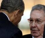 Foto fechada en Johannesburgo (Sudáfrica) el 10 de diciembre de 2013, del presidente estadounidense, Barack Obama (i), saludando a su homólogo cubano, Raúl Castro. EFE/Archivo