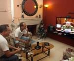 Dos hombres observan la intervención del presidente cubano, Raúl Castro, en transmisión de la televisión cubana en La Habana (Cuba). EFE