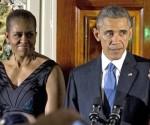 El presidente estadounidense, Barack Obama (d), habla junto a la primera dama, Michelle Obama (i),  durante la conmemoración de la festividad judaica de la Janucá o Fiesta de las Luces en el Grand Foyer de la Casa Blanca en Washington (EE.UU.). EFE