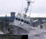 Fotografía tomada ayer, 17 de diciembre, que muestra una embaración de la Guardia Costera de Japón anclada en un puerto de Nemuro, al norte de la isla nipona de Hokkaido, durante una tormenta. EFE