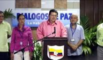En la imagen, Jorge Torres Victoria, alias Pablo Catatumbo (c), acompañado de otros miembros del equipo negociador de las FARC en los diálogos de paz con el Gobierno colombiano. EFE/Archivo