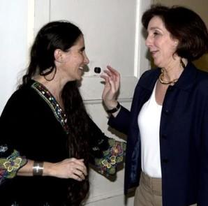 La secretaria del Departamento de Estado de EE.UU. para América Latina, Roberta Jacobson (d), visita a la bloguera opositora cubana Yoani Sánchez (i), en su residencia en La Habana. EFE