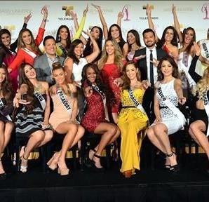 Las concursantes a Miss Universo 2014 de Latinoamérica y España, acompañadas de los presentadores Raúl González, Rashel Diaz, Jessica Carrillo posan para una fotografía el 12 de enero de 2015, durante una rueda de prensa en Doral (EE.UU.). EFE