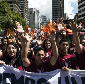 Manifestantes participan, este 24 de enero de 2015, en las marchas convocadas por la alianza partidista opositora Mesa de la Unidad Democrática (MUD) en diferentes puntos de Caracas (Venezuela). EFE