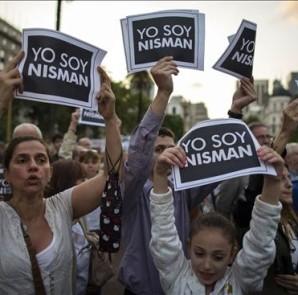 Miles de personas marchan, el 19 de enero de 2015, en la Plaza de Mayo de Buenos Aires, para protestar por la muerte del fiscal Alberto Nisman, quien investigaba la causa por el atentado a la mutual judía AMIA y que había denunciado a la presidenta Cristina Fernández. EFE