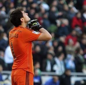 El portero del Real Madrid Iker Casillas en un momento del partido ante el Córdoba de la vigésima jornada de liga en Primera División que se disputó en el estadio Nuevo Arcángel. EFE