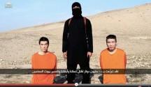 Captura de un video publicado en YouTube por Al- Furqan Medios el 20 de enero de 2015 que muestra a un miliciano del Estado Islámico de pie entre dos rehenes japoneses identificados como Haruna Yukawa (d) y Kenji Goto (i) . EFE/EPA