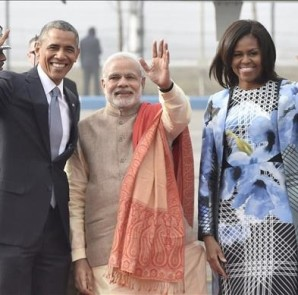 El presidente estadounidense, Barack Obama (i), la primera dama Michelle Obama (2) y el primer ministro indio Narendra Modi, saludan en el aeropuerto de Palam, en Nueva Delhi. EFE