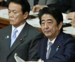 El primer ministro nipón, Shinzo Abe, contesta las preguntas de Seiji Maehara, líder del opositor Partido Democrático de Japón, en el Parlamento en Tokio (Japón). EFE