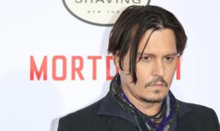 """El actor estadounidense Johnny Depp posa a su llegada a la presentación de su película """"Mortdecai"""" en el teatro TCL Chinese Theatre de Los Ángeles, California (Estados Unidos) el 21 de enero de 2015. EFE"""