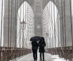 Dos personas caminan, bajo la nieve por el puente de Brooklyn en Nueva York (EE.UU.). EFE