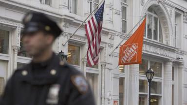 Un oficial de policía de Nueva York vigila la calle cercana a una tienda Home Depot en Manhattan, donde se registró un tiroteo este 25 de enero. EFE
