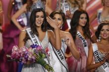 En la imagen, Miss Colombia Paulina Vega ( i ) es coronada Miss Universo. EFE