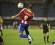 El jugador Luis Amarilla (c) de Paraguay en acción ante Enrique Araújo (i), y Davinson Sánchez (d) de Colombia durante un partido del hexagonal final del Sudamericano Sub 20 disputado, en el estadio Centenario de Montevideo (Uruguay). EFE