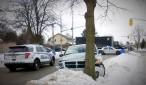 En la fotografía, el estado en que quedo la camioneta robada y los policías en la persecución del ladrón