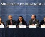 Fotografía cedida por la Cancillería de El Salvador, que muestra a la viceministra para los Salvadoreños en el Exterior, Liduvina Magarín (c), mientras habla durante un encuentro en San Salvador (El Salvador). EFE