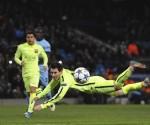 El delantero argentino FC Barcelona, Lionel Messi tratar de marcar en el rechace tras fallar un penalti en el último minuto ante el Manchester City durante el partido de ida de octavos de final de la Liga de Campeones disputado en el estadio Etihad en Manchester, Reino Unido. EFE