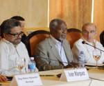 El exsecretario general de la ONU Kofi Annan (c), el jefe de la delegación del Gobierno colombiano, Humberto de la Calle (2-d), el jefe del equipo de las FARC en diálogos de paz, Luciano Marín Arango, alias Iván Márquez (2-i), y los garantes en las negociaciones, Rodolfo Benítez (d) de Cuba y Dag Nylander (i) de Noruega, en una rueda de prensa este 27 de febrero en La Habana (Cuba).  EFE