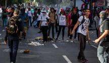 Un grupo de manifestantes opositores protestas en Caracas (Venezuela). EFE/Archivo