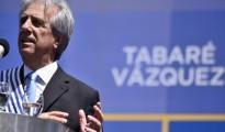 El nuevo mandatario de Uruguay, Tabaré Vázquez, integrante de la coalición izquierdista Frente Amplio, ofrece un discurso hoy, domingo 1 de marzo de 2015, durante la ceremonia de traspaso de mandato en la Plaza de la Independencia de Montevideo (Uruguay). EFE