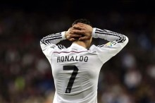 El delantero portugués del Real Madrid Cristiano Ronaldo lamenta una ocasión fallida ante el Villarreal, durante el partido de la vigésima quinta jornada de liga de Primera División, disputado en el estadio Santiago Bernabéu. EFE