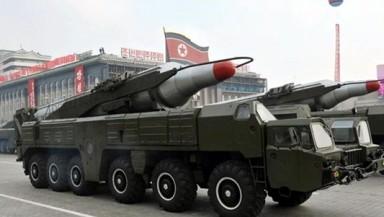 Foto de archivo tomada en octubre de 2010 y facilitada entonces por la Agencia Central de Noticias norcoreana KCNA que muestra un misil durante un desfile militar. EFE/KCNA/archivo